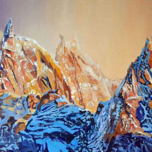 Montagne ensoleillée et pics enneigés