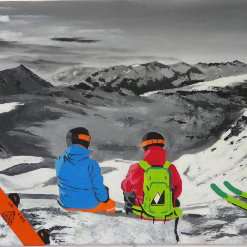 Couple assis face à la montagne avec leurs snowboards